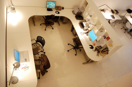 Coworking Cowo Milano/Lambrate: postazioni in open space.