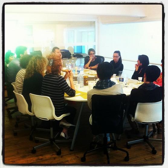 Coworking Milano Lambrate: Coworker durante un Presentation Lunch